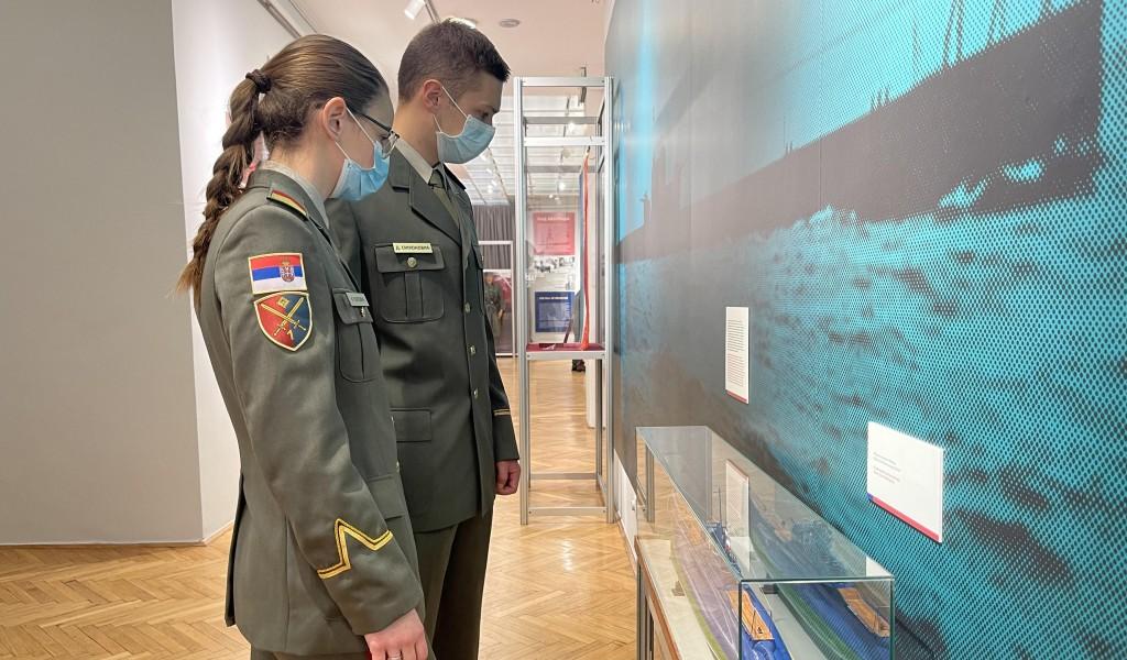 Кадети и слушаоци за резервне официре Војне академије посетили изложбу Април 41
