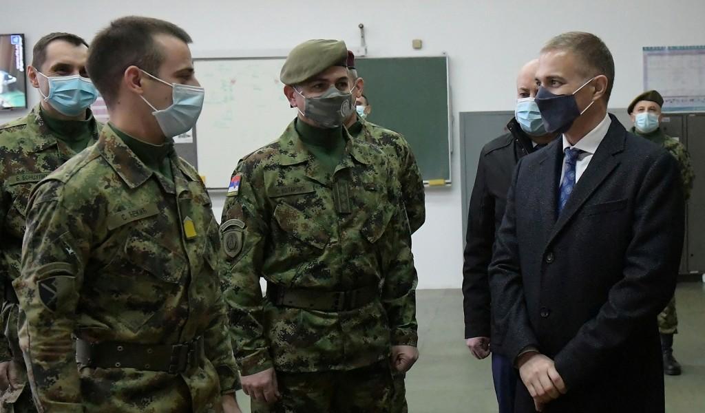 Министар Стефановић позвао младе да се пријаве на конкурс за војне школе