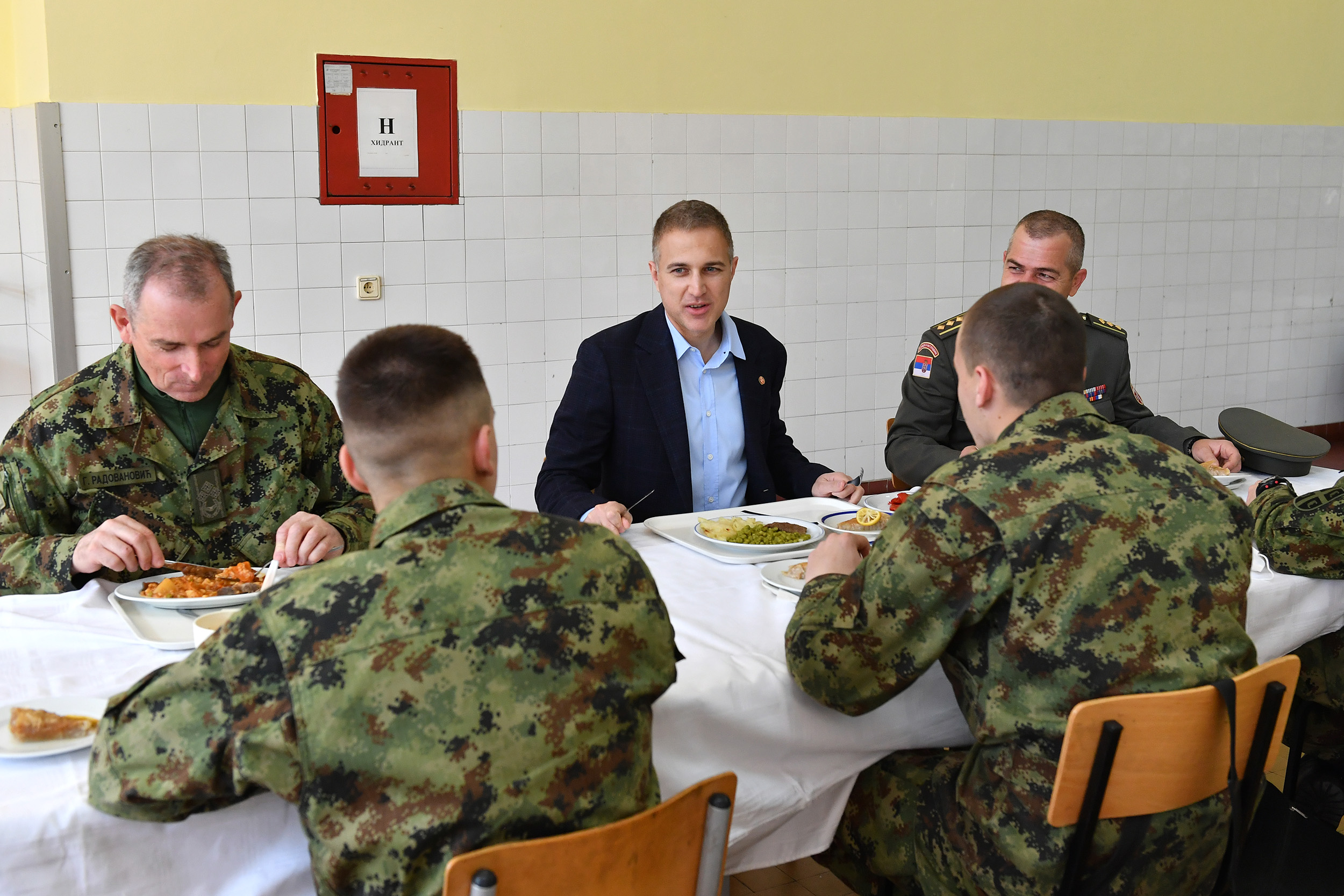 Министар Стефановић на ручку са кадетима